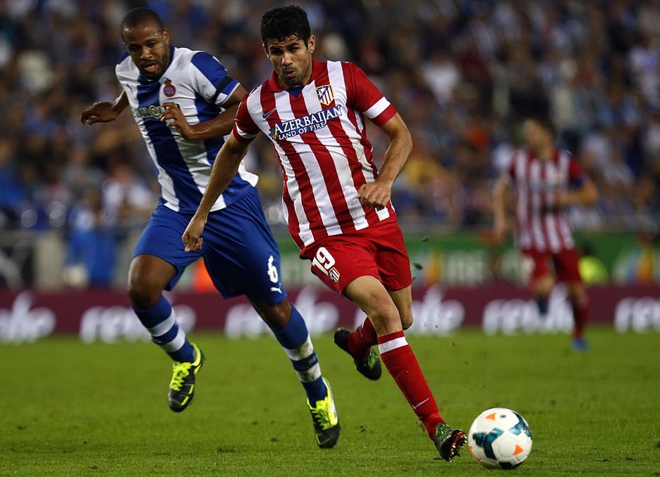 Diego Costa conduciendo el balón