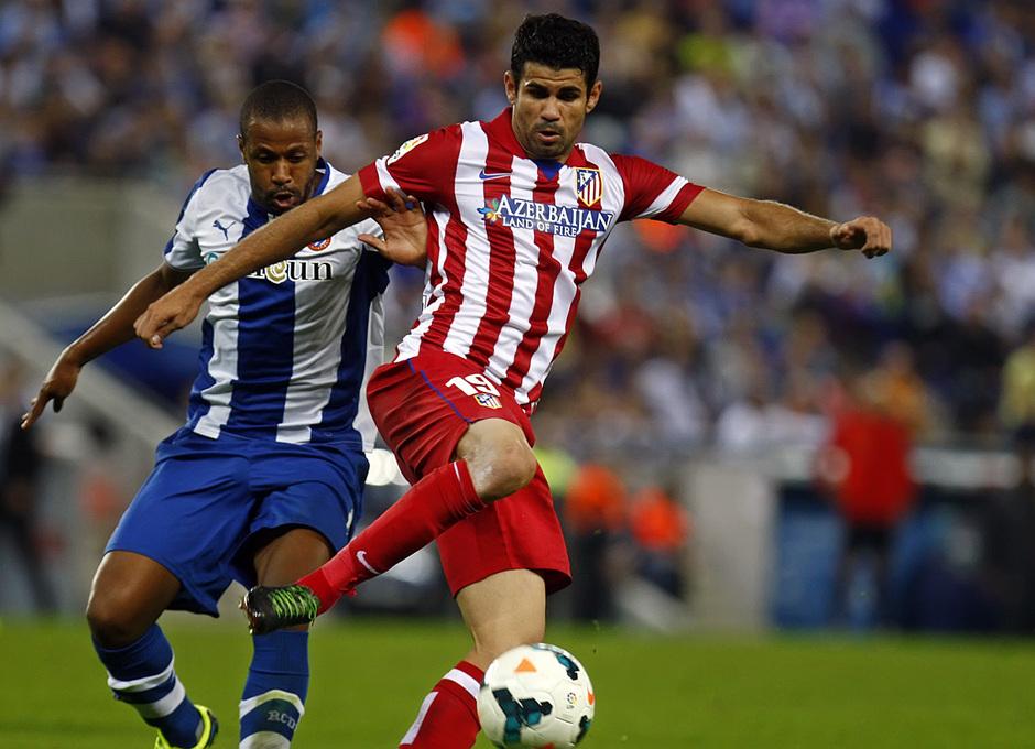 Diego Costa luchando por el balón durante el partido
