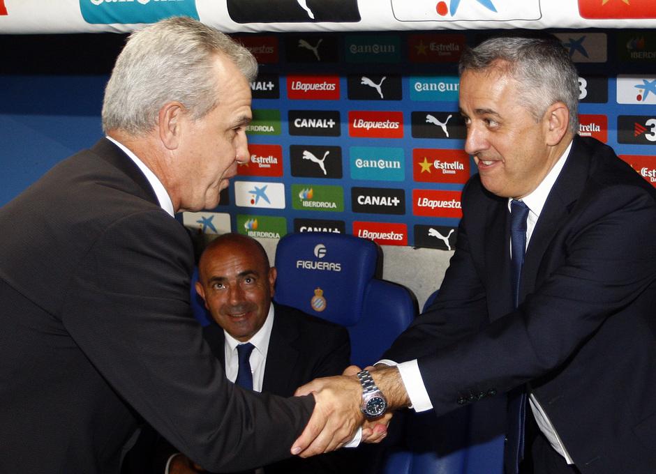 Javier Aguirre saluda al doctor Villalón antes del comienzo del partido
