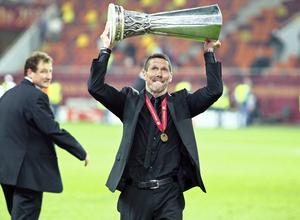 Temporada 11/12. Final Europa League. Simeone celebrando el título en el césped del Estadio de Estambul con la copa