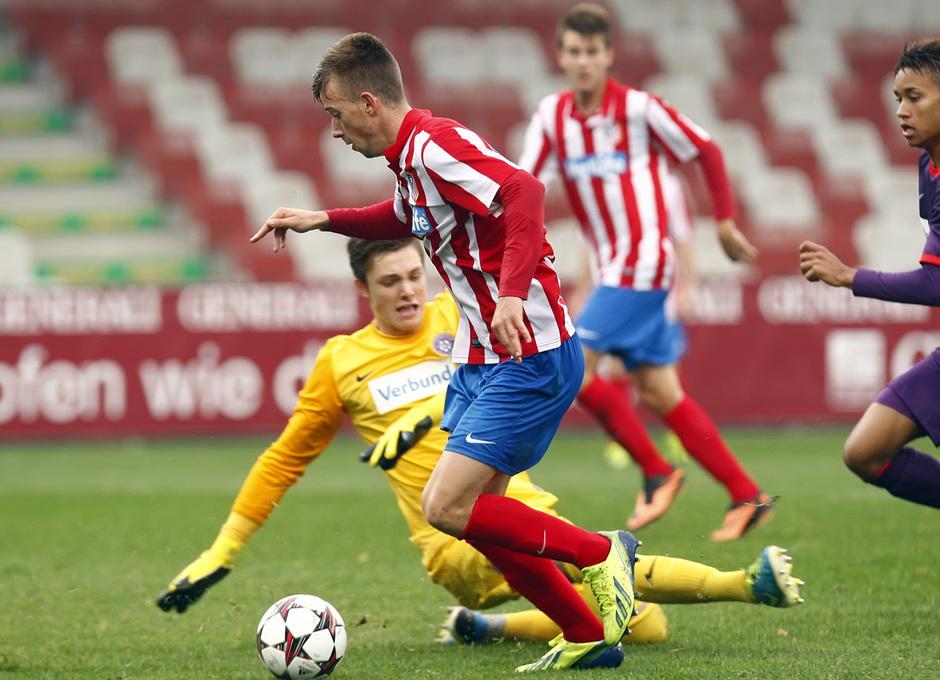 Roberto Núñez regatea al portero del Austria de Viena para anotar el gol que suponía el definitivo 3-3 para el Atlético de Madrid
