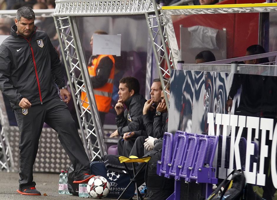 Roberto Fresnedoso, entrenador del Atlético de Madrid en la Youth League, en un momento del partido frente al Austria de Viena en el Austria Arena