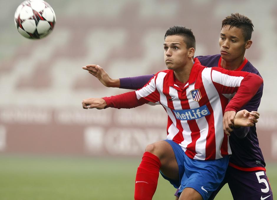 El delantero rojiblanco Jony se dispone a controlar el balón ante la presión de un defensor del Austria de Viena en el partido disputado en el Austria Arena