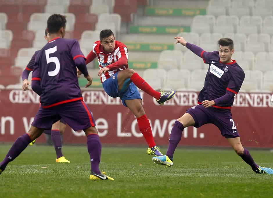 El delantero del Atlético de Madrid Jony dispara a puerta en Viena en el partido disputado contra el Austria en la Youth League y que terminó 3-3