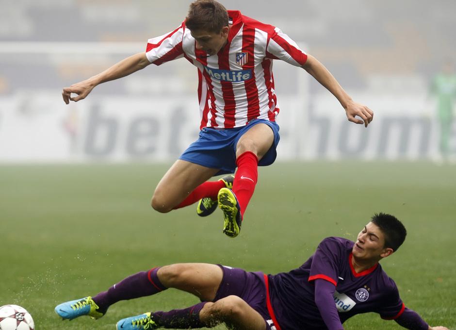 Iván Alejo salta evitando la entrada de un defensor del Austria de Viena en el partido de la Youth League disputado en la capital austríaca y que acabó 3-3