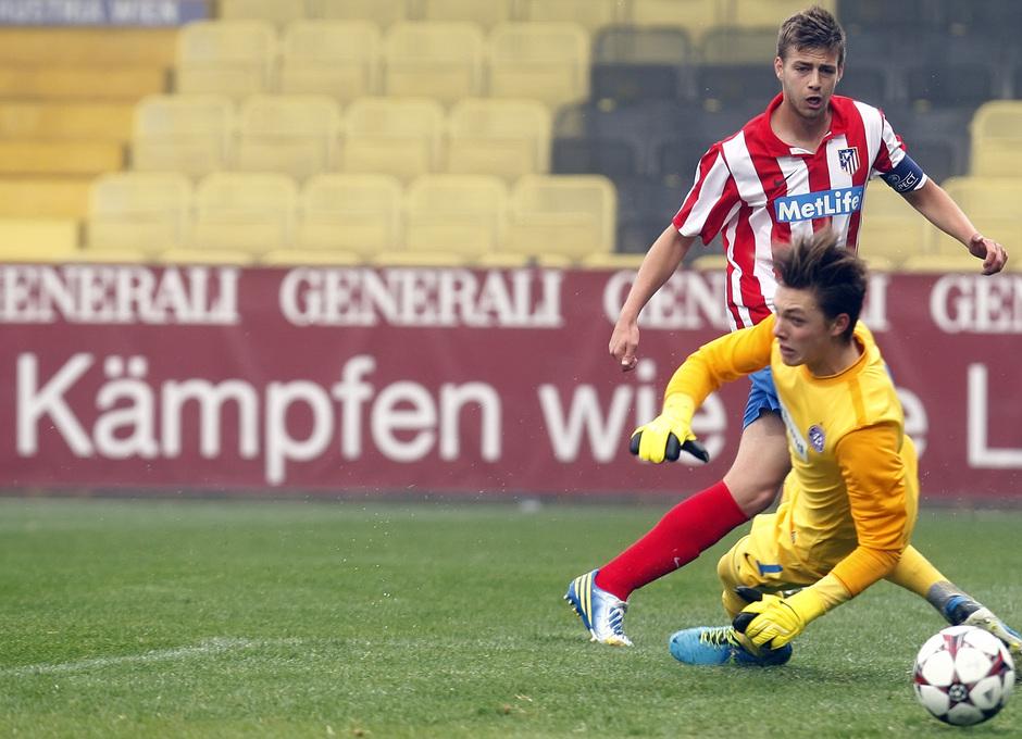 Sergi González, en el momento de disparar a la portería del Austria de Viena para hacer el 1-1 en el partido de la Youth League disputado en el Austria Arena