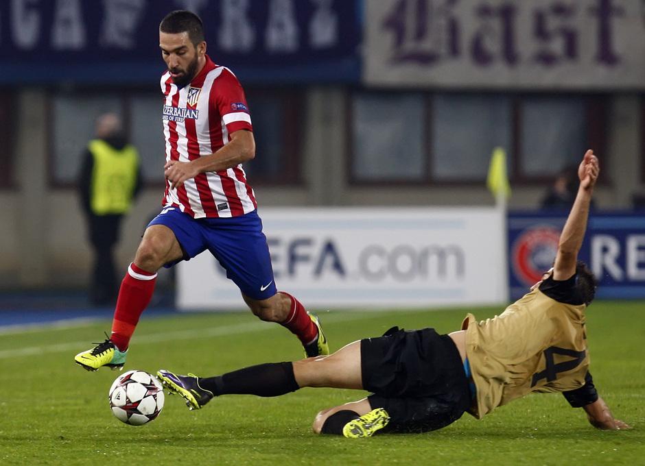 Arda Turan regatea a un jugador del Austria de Viena
