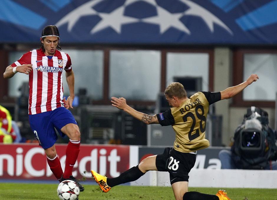 Filipe Luis controlando el balón ante la entrada de un jugador rival