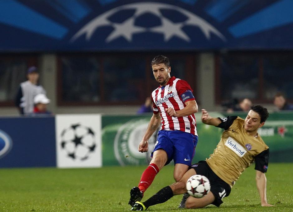 Gabi peleando por la posesión del balón con un jugador rival