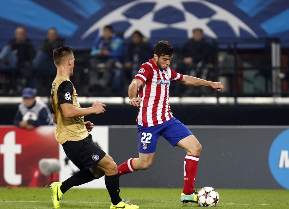 Insua regatea a un rival durante el partido