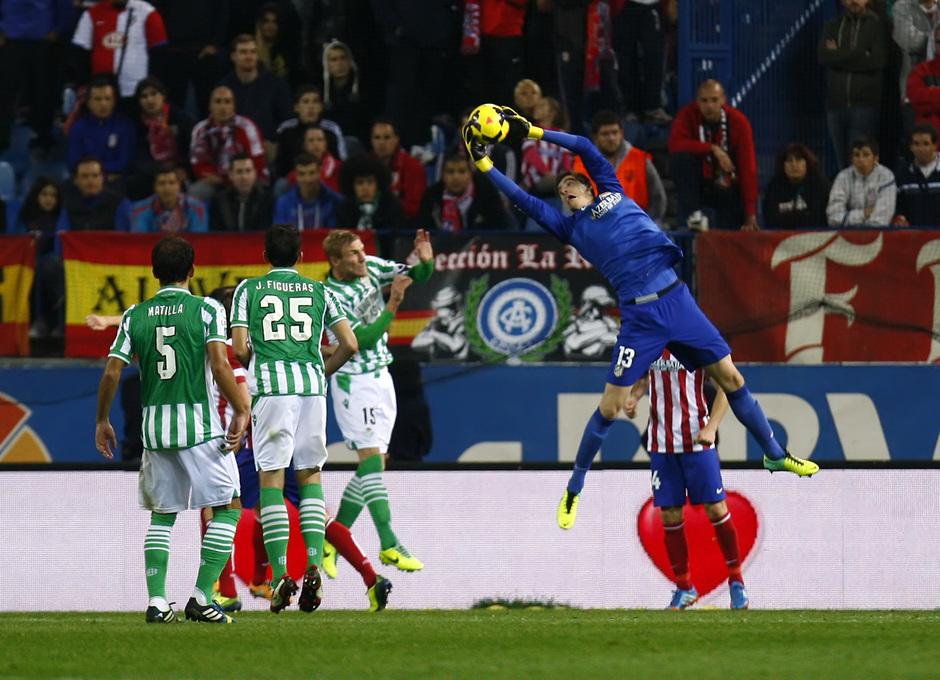 Temporada 13/14. Partido Atlético de Madrid-Betis. Courtois parando un balón