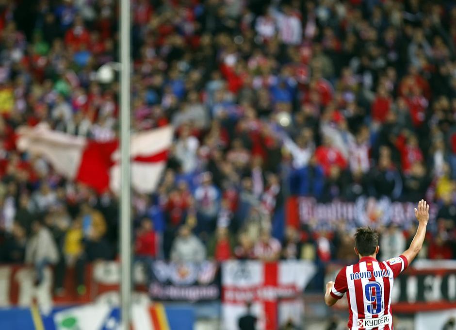 Temporada 13/14. Partido Atlético de Madrid-Betis. Villa saludando a la grada