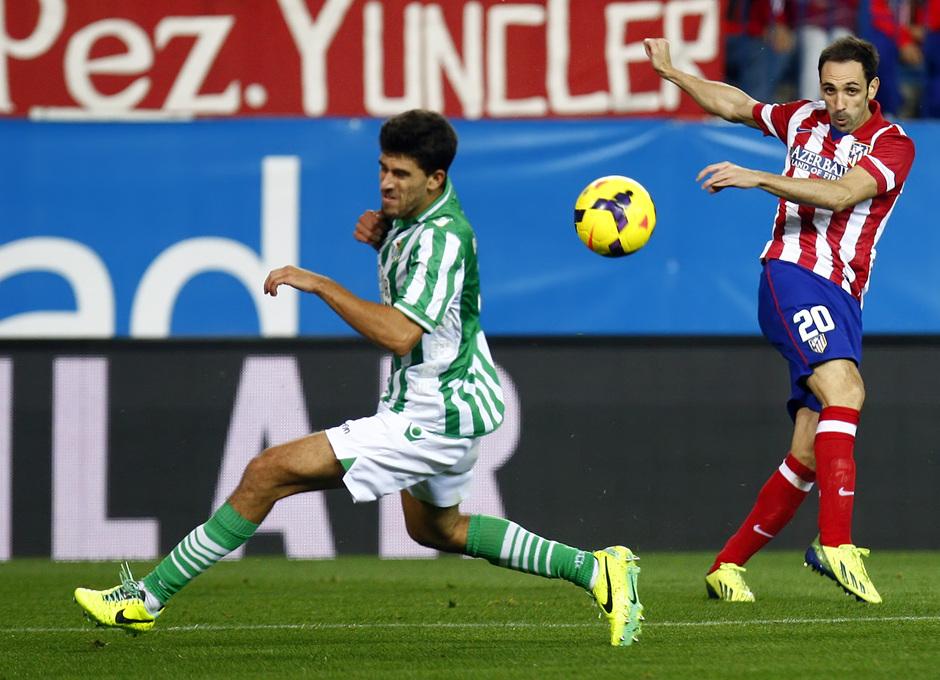 Temporada 13/14. Partido Atlético de Madrid-Betis. Juanfran disparando a puerta