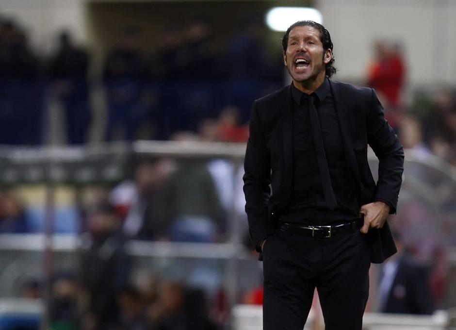 Temporada 13/14. Partido Atlético de Madrid-Betis. Simeone dando órdenes en la banda