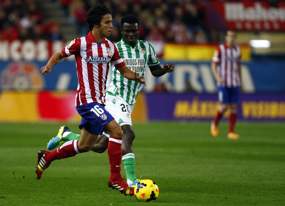 Temporada 13/14. Partido Atlético de Madrid-Betis. Óliver con el balón