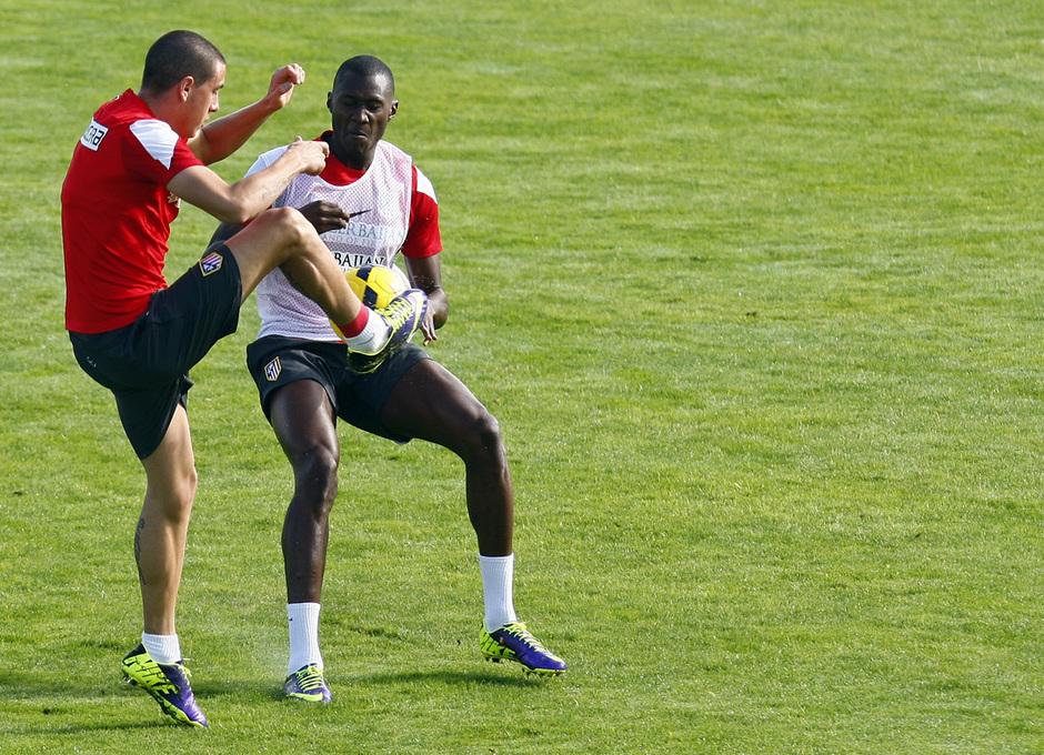 Temporada 13/14. Entrenamiento. Equipo entrenando en Majadahonda. Giménez y Guilavogui luchando un balón