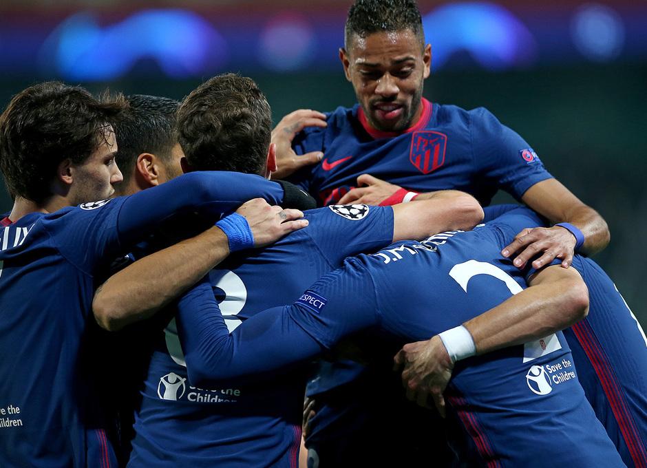 Temp. 2020-21   Lokomotiv - Atlético de Madrid   Celebración piña grupo azul