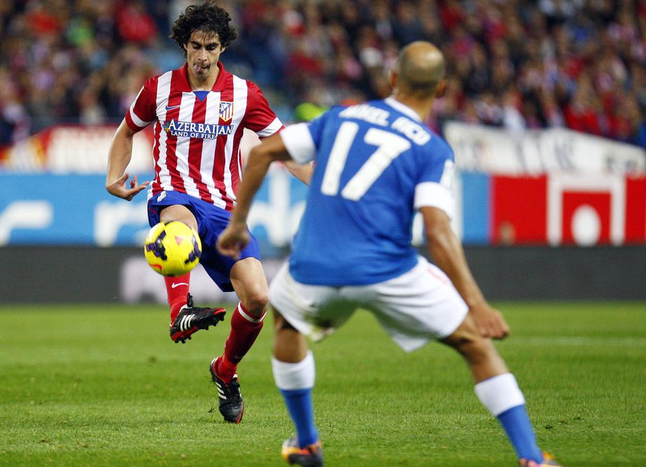 Temporada 20132-2014. Partido Atlético de Madrid- Bilbao, Tiago luchando un balón