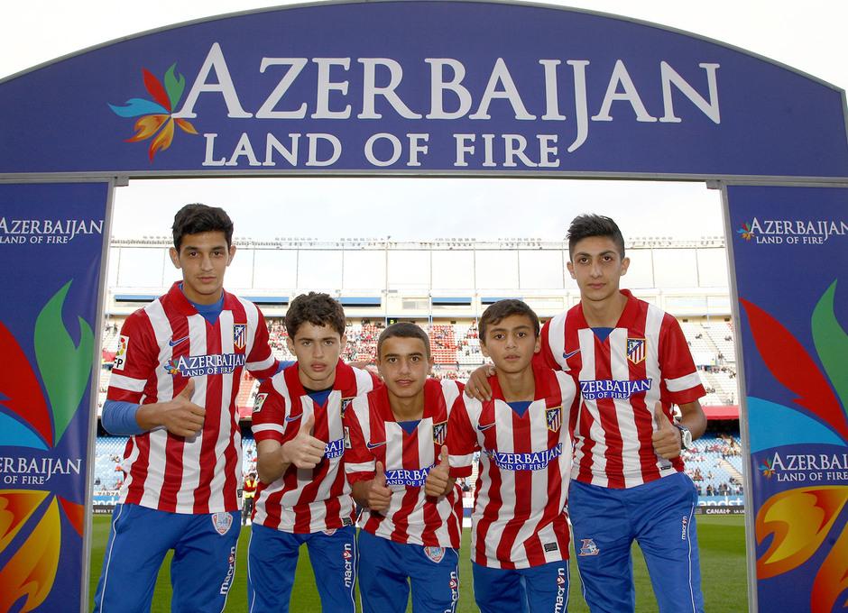 Los niños de Azerbaiján en la salida del túnel de vestuarios