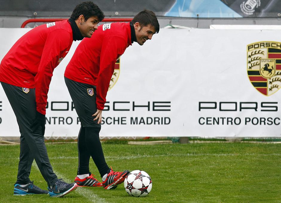 Temporada 13/14. Entrenamiento. Equipo entrenando en Majadahonda.Diego y Villa sonriendo mientras realizan ejercicios