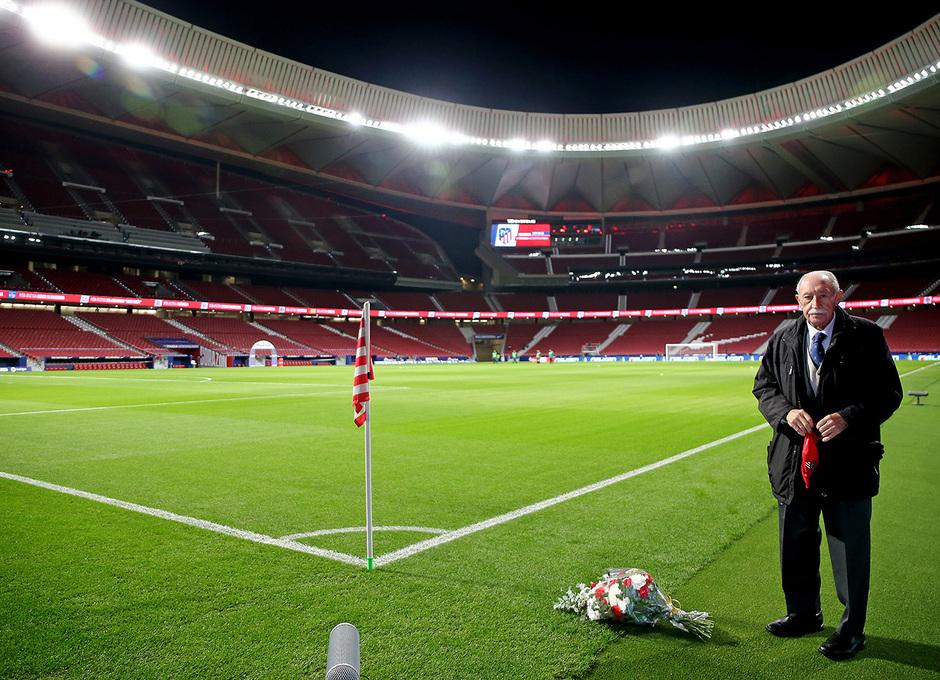 Temp. 20-21 | Atlético de Madrid - FC Barcelona | Carlos Peña ramo de flores