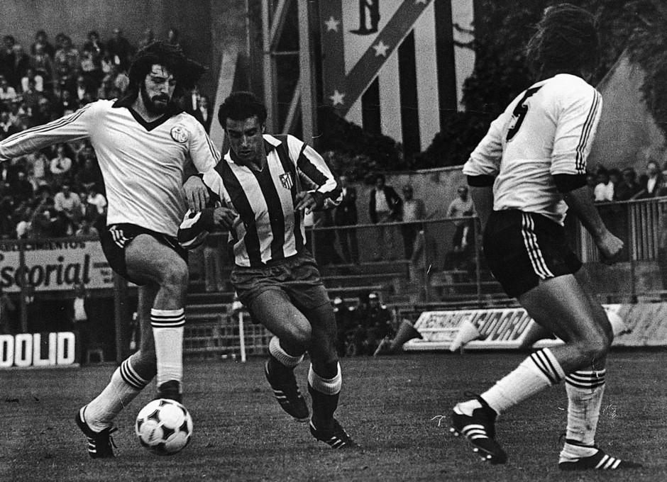 Temporada 13/14. Leyendas Rojiblancas. Kike Ramos luchando por el balón en el Vicente Calderón