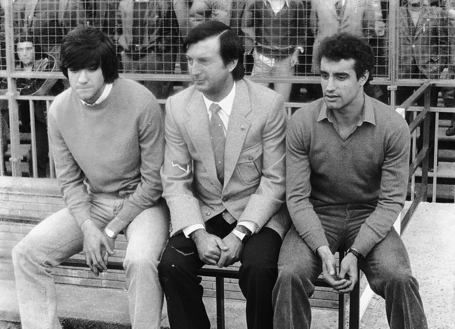 Temporada 13/14. Leyendas Rojiblancas. Kike Ramos sentado en la banda junto a Marcos Alonso
