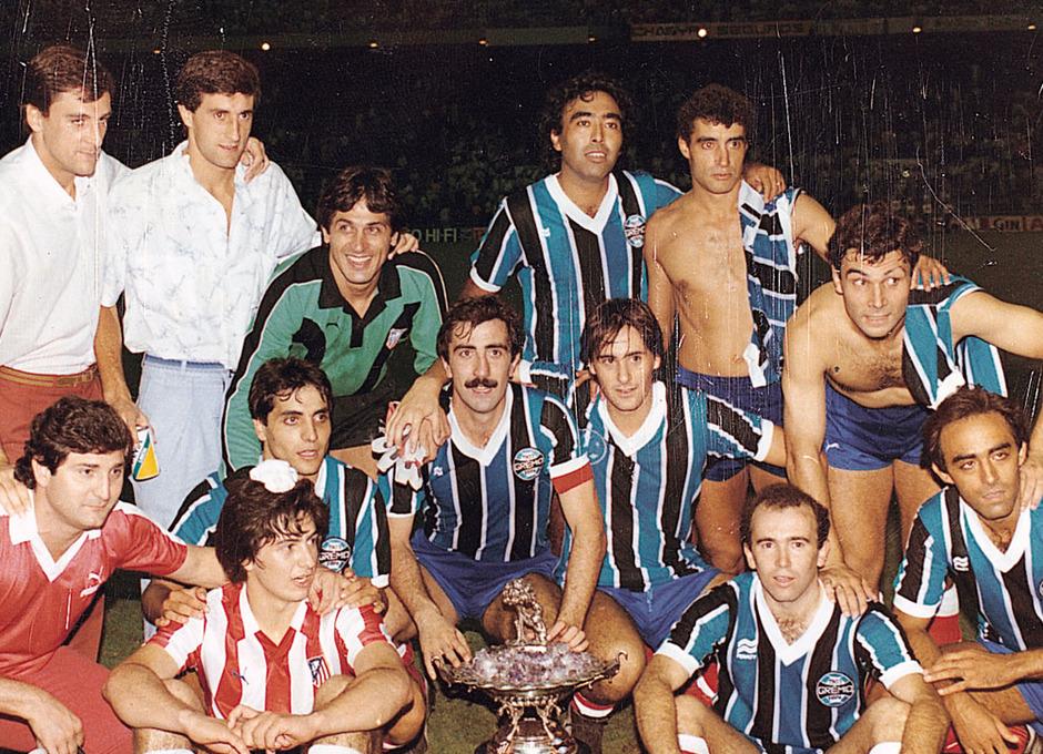 Temporada 13/14. Leyendas Rojiblancas. Kike Ramos celebración trofeo Villa de Madrid