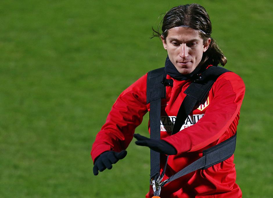 Entrenamiento. Temporada 13/14. Filipe Luis realiza ejercicios físicos.