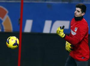 temporada 13/14 entrenamiento en el estadio Vicente Calderón. Courtois con el balón