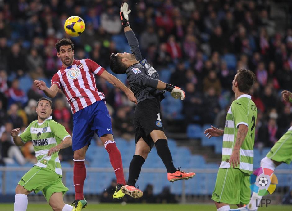 Temporada 2013/2014. Atlético de Madrid - Getafe. Remate de cabeza de Raúl García