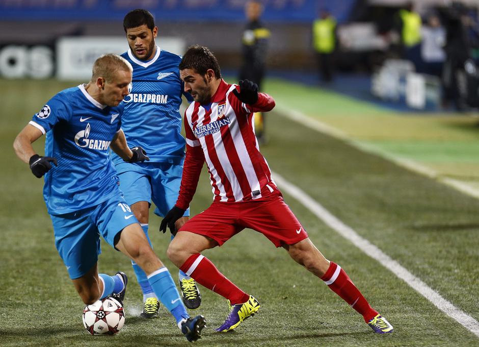 Temporada 13/14. Champions League. Zenit - Atlético de Madrid. Adrián regatea a dos jugadores del Zenit