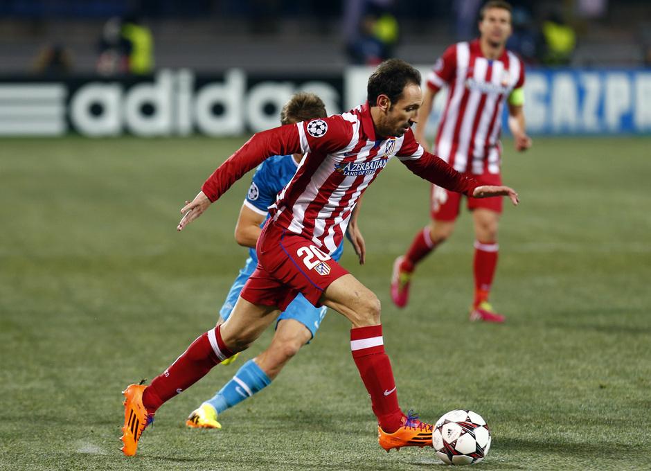 Temporada 13/14. Champions League. Zenit - Atlético de Madrid. Juanfran conduce el balón