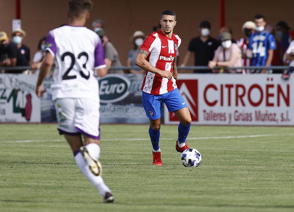 Mario Hermoso saca el balón controlado desde la defensa