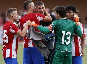 Grbic es felicitado por sus compañeros al terminar la tanda de penaltis