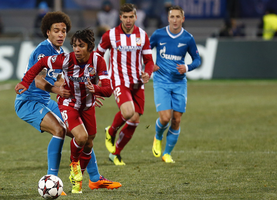 Temporada 13/14. Champions League. Zenit - Atlético de Madrid. Oliver se deshace de la presión de un jugador del Zenit