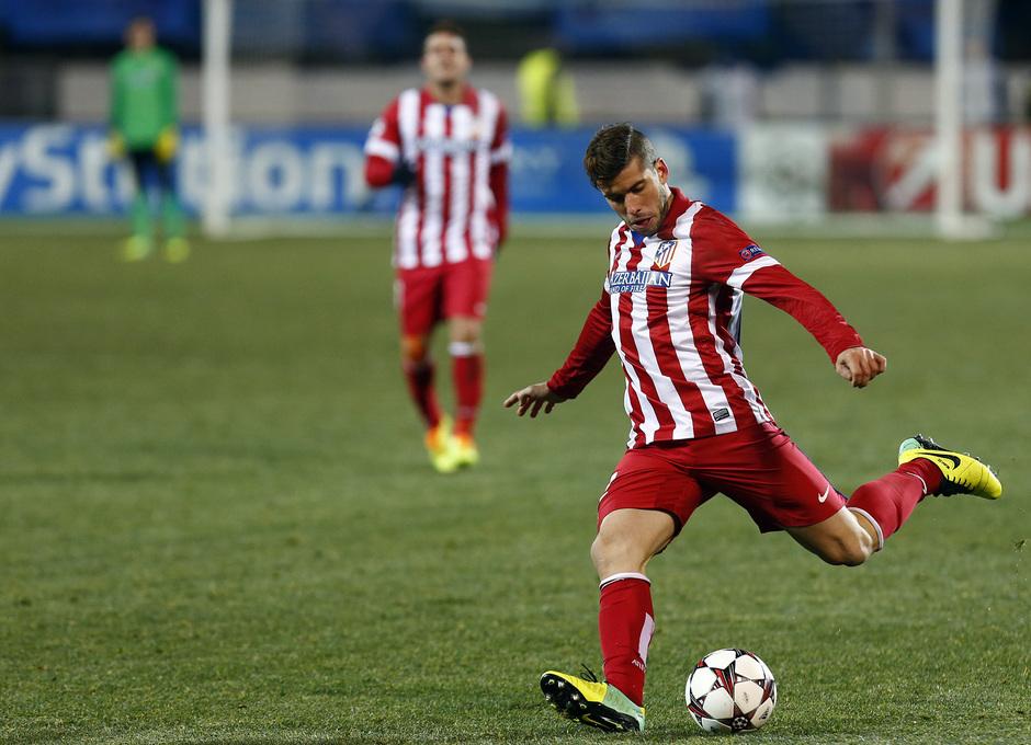 Temporada 13/14. Champions League. Zenit - Atlético de Madrid. Insua golpeando el balón