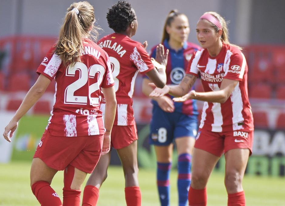 Kgatlana, autora del gol ante el Levante, es felicitada por sus compañeras