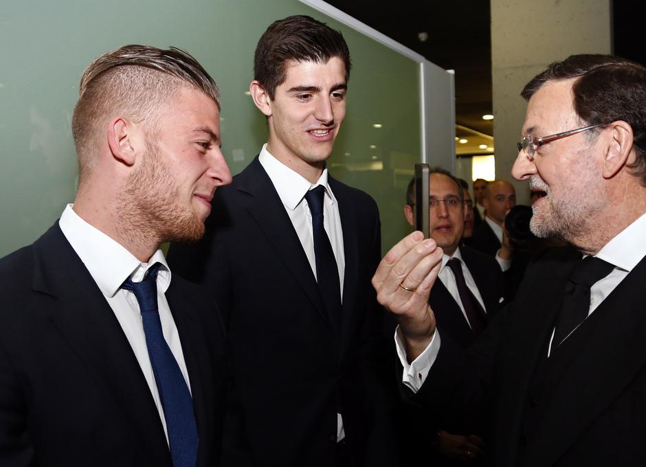 Rajoy muestra su móvil a Courtois y Alderweireld