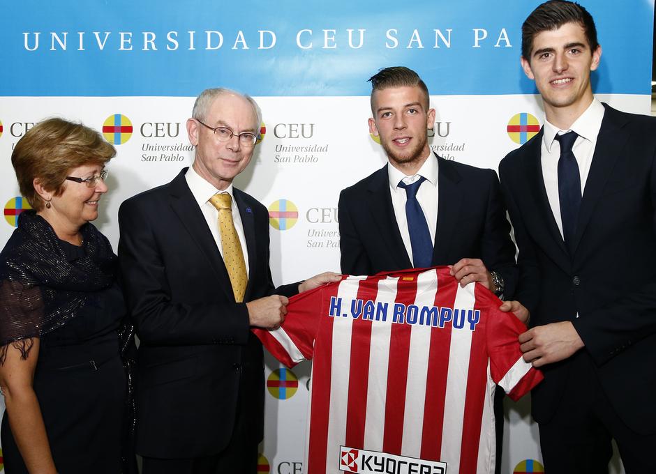Van Rompuy posa con una camiseta del Atlético con Alderweireld y Courtois