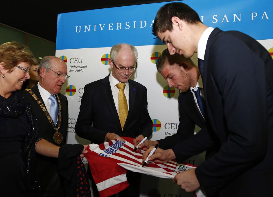 Courtois y Alderweireld firman la camiseta de Rompuy