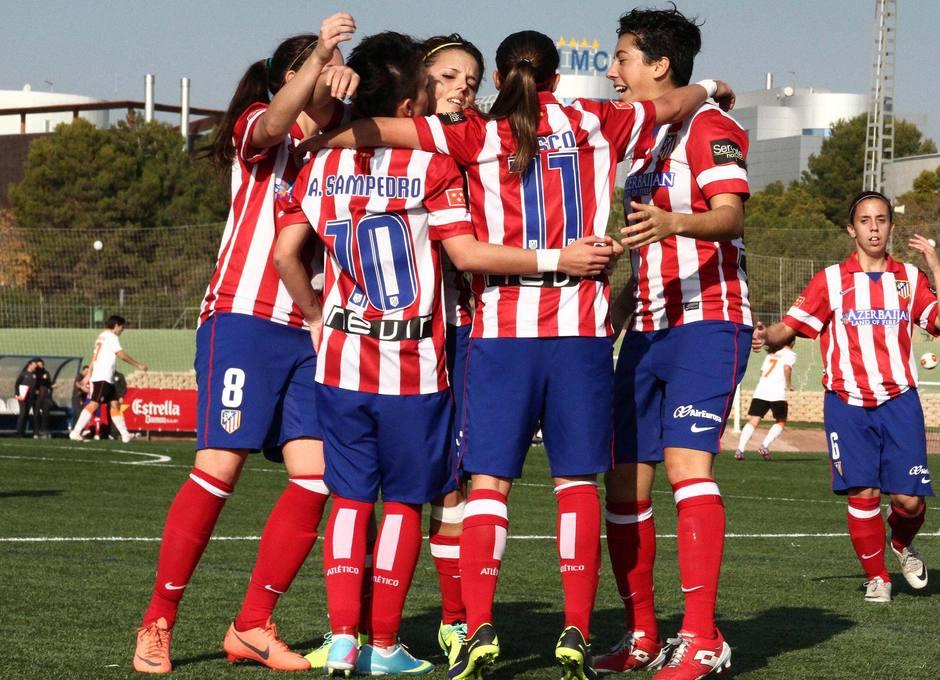 Las rojiblancas celebran el gol de la victoria abrazando a la autora, Amanda Sampedro