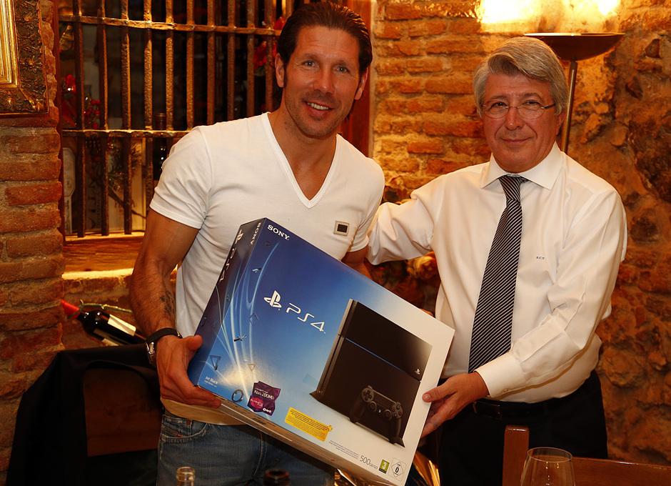 Simeone recibe una PS4 de manos de Cerezo como regalo navideño