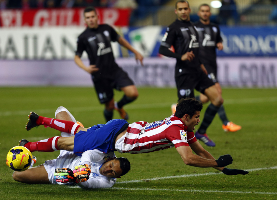 temporada 13/14. Partido Atlético de Madrid- Levante. Diego Costa cae ante el portero