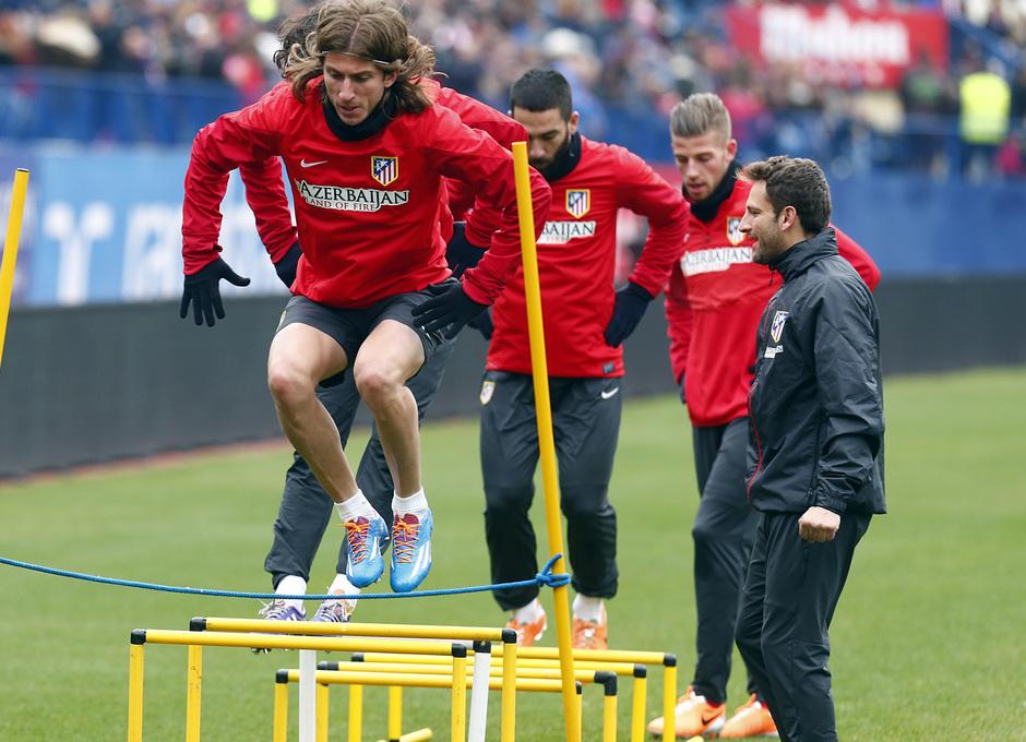temporada 13/14. Equipo entrenando en el Calderón.  Filipe saltando durante el entrenamiento