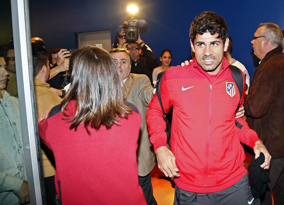 Diego Costa se abre paso entre la gente a su llegada a Málaga