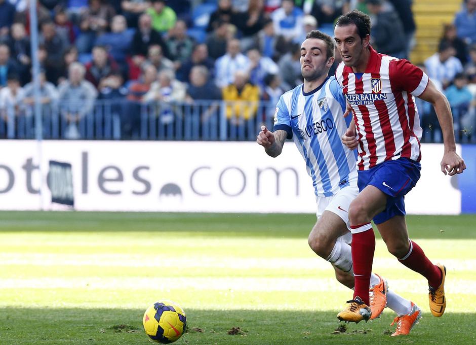 Temporada 13/14 Liga BBVA Málaga - Atlético de Madrid. Godín conduce el balón.