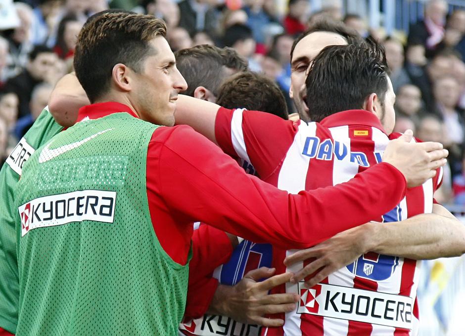 Temporada 13/14 Liga BBVA Málaga - Atlético de Madrid. Piña de los jugadores para celebrar el gol.