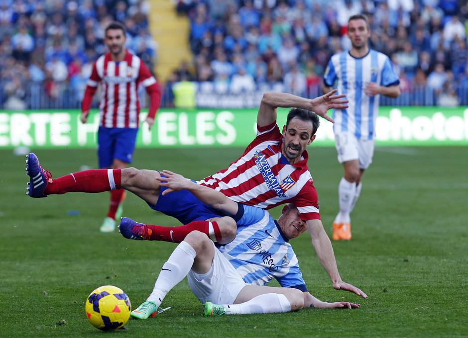 Temporada 13/14 Liga BBVA Málaga - Atlético de Madrid. Juanfran, derribado por Antunes.