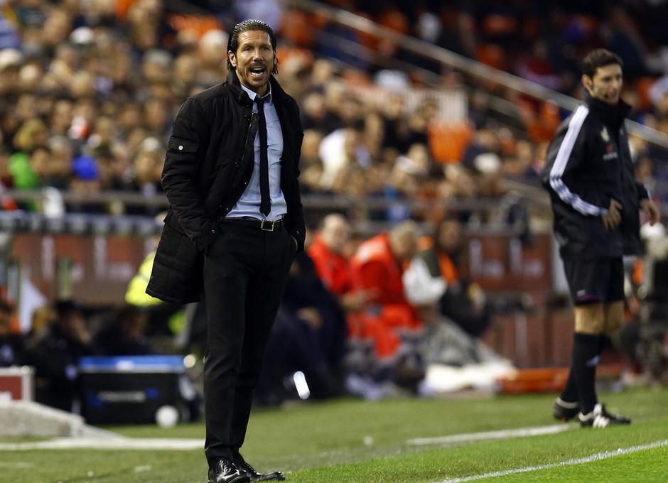 Temporada 13/14 Copa del Rey. Valencia - Atlético de Madrid. Simeone da órdenes desde el área técnica.